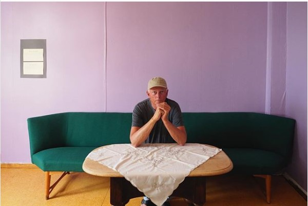 Knut Bry m albuene på bordet